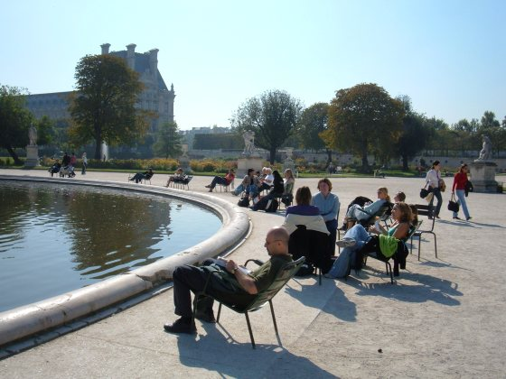 Tuileries_Garden_pond_chairs